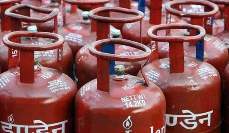 Photo of दो महीने तक के लिए LPG सिलेंडरों का स्टॉक जमा कर लें, जान लीजिए क्या है मामला