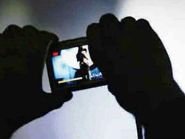 Photo of लेडीज टॉयलेट में छिपकर बना रहा था वीडियो, CCTV की मदद से पकड़ा गया