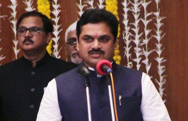 महाराष्ट्र, राम शिंदे, सोशल मीडिया, वीडियो वायरल, सोलापुर, पेशाब