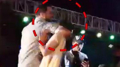 Photo of स्टेज पर Sapna Choudhary के गले में हाथ डालकर एक शख्स ने कर दी ये आपत्तिजनक हरकत