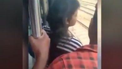 Photo of चलती ट्रेन में लड़के के पास झुककर ये कर रही थी लड़की, बात पहुंची पुलिस तक