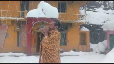 Photo of यमुनोत्री धाम में साधु कर रहें हैं बर्फबारी के बीच शंख का उद्घोष और पूजा