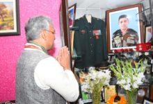 Photo of शहीद मेजर चित्रेश बिष्ट के घर पहुंचे सीएम त्रिवेंद्र सिंह रावत, कही ये बड़ी बात