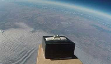 Photo of पायलट ने अनोखे अंदाज़ में गर्लफ्रेंड को किया प्रपोज, स्पेस से भेजी रिंग