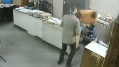 Photo of VIDEO : महिला सहकर्मी को इस आदमी ने दफ्तर में ही बेरहमी से पीट डाला, देखकर चौंक जाएंगे