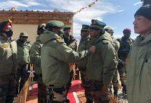 Photo of सेना प्रमुख एम.एम. नरवणे पहुंचे पूर्वी लद्दाख फॉरवर्ड पोस्ट, सैनिकों को किया सम्मानित