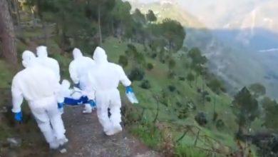 Photo of VIDEO : गहरी खाई थी पांव के बगल में,तब भी बहादुरी से बीमार बुजुर्ग को Hospital पहुंचाया