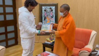 Photo of VIDEO : सीएम योगी से मिले गायक सोनू निगम, लिया रामजन्मभूमि का प्रसाद