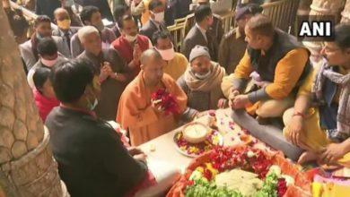 Photo of बांके बिहारी मंदिर पहुंचे सीएम योगी आदित्यनाथ, की पूजा