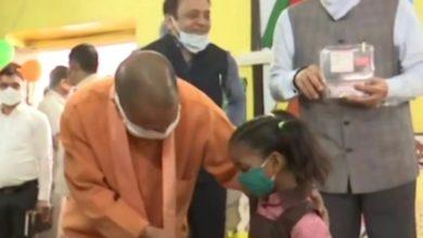Photo of यूपीः आज से खुले स्कूल, सीएम योगी ने बच्चों को दी चॉकलेट