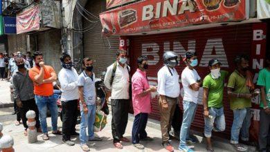 Photo of दिल्ली: लॉकडाउन का ऐलान होते ही शराब की दुकानों पर उमड़ी भीड़, लाइन में खड़े दिखे लोग