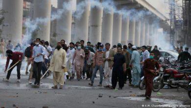 Photo of पाकिस्तान की धार्मिक पार्टी TLP ने लाहौर में भड़काए दंगे, 5 पुलिसकर्मियों को बनाया बंधक
