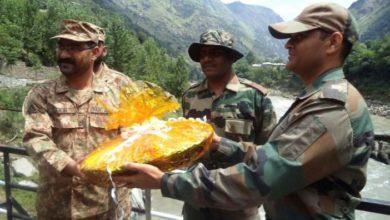 Photo of हिंदुस्तान-पाकिस्तान बॉर्डर पर कम हुई दूरियां, सालों बाद LOC पर सेना ने एक दूसरे को भेजी ईद की मिठाई