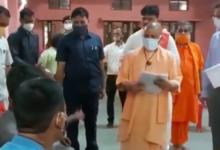 Photo of सीएम योगी ने गोरखनाथ मंदिर स्थित हिंदू सेवाश्रम में लगाया जनता दरबार, सुनीं लोगों की समस्याएं