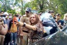 Photo of नैनीताल में घूमने आई महिला ने सरेआम पुलिस को मारी लात, कहा- औकात में रह, वर्दी उतरवा दूंगी