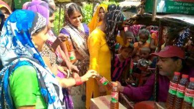Photo of सपा नेता का अनोखा प्रदर्शन, अयोध्या के गावों में बांटा समाजवादी सरसो का तेल